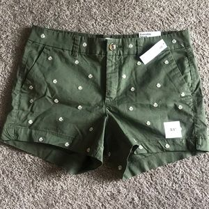 Green mid-rise shorts with daisy embroidery